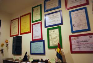 O diploma e os certificados dos mais diferentes cursos frequentados por Federica para atender melhor as crianças ficam na entrada da creche