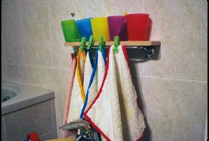 Cada uma das crianças tem toalha, paninhos e fraldas de uma cor específica