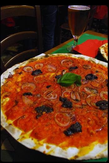 Pizza com molho de tomate, cebola roxa e patê de azeitona