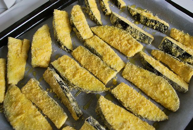 Disponha as fatias em uma forma forrada com papel-manteiga e leve ao forno até dourar, mais ou menos 30 minutos