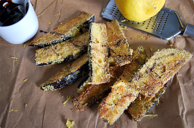 Quando estiverem crocantes por fora, retire do forno e regue com melado e raspas de casca de limão