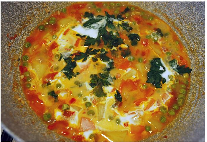 Quando os vegetais estiverem cozidos, adicione o leite de coco e a salsinha. Tampe a panela e deixe refogar em fogo baixo por mais 5 minutos