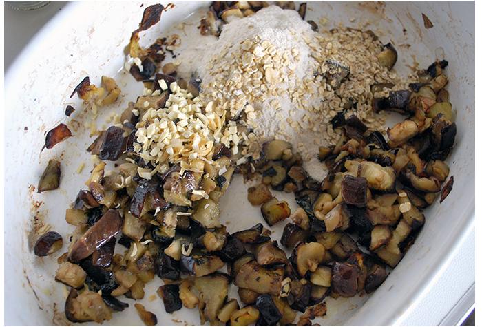 Transfira a berinjela para uma tigela funda e adicione o alho, a cebola e o amaranto e misture bem. Como eu estava sem flocos de amaranto em casa, usei flocos de aveia no lugar.