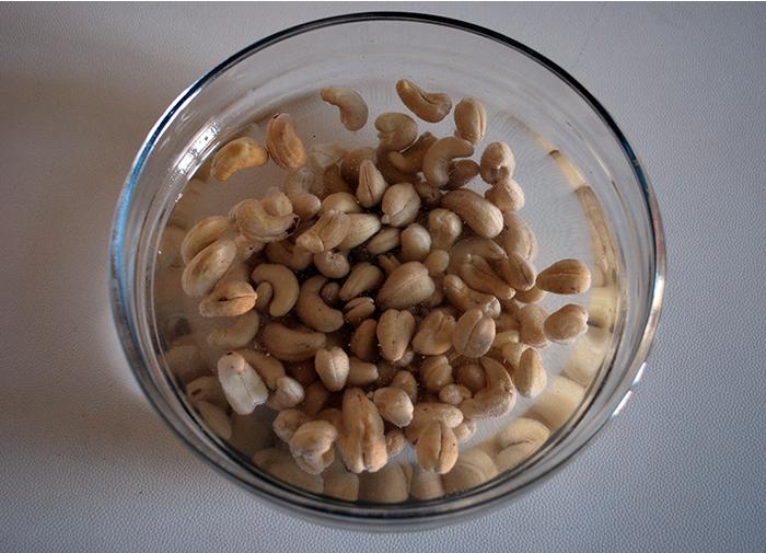 Deixe de molho em água quente 1 xícara de castanha-de-caju crua (sem sal). A castanha hidratada será usada para fazer o recheio.