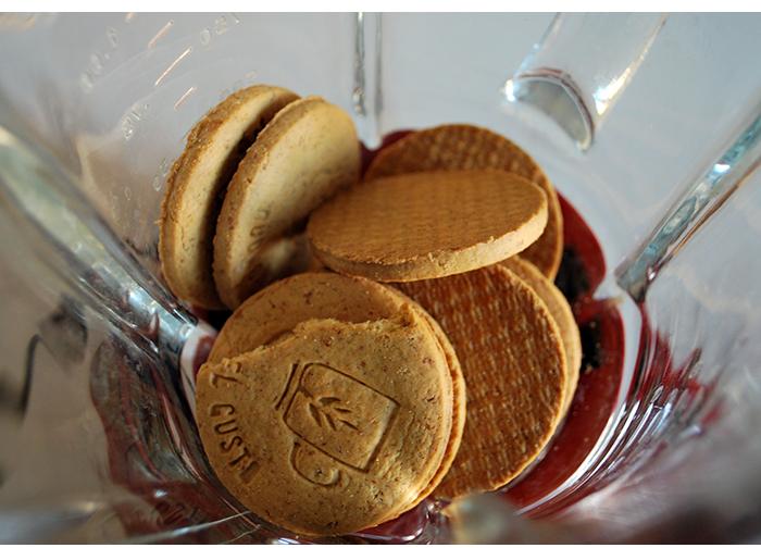 Bata os biscoitos no liquidificador até virar uma farofa.